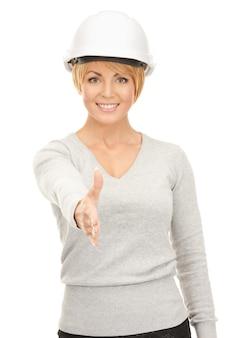 Foto brilhante de empreiteira com capacete pronta para um aperto de mão