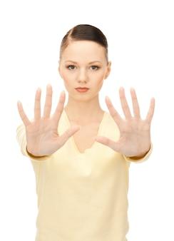 Foto brilhante de jovem fazendo gesto de pare