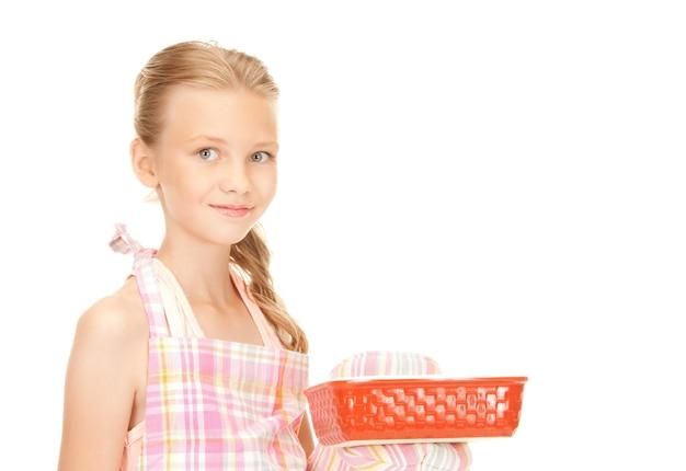 Foto brilhante de menina cozinhando sobre branco
