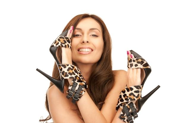 Foto brilhante de mulher adorável com sapatos de leopardo sobre branco