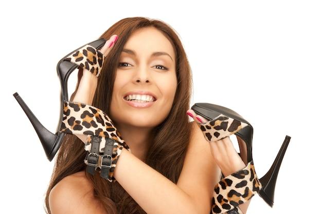 Foto brilhante de mulher adorável com sapatos de oncinha sobre branco