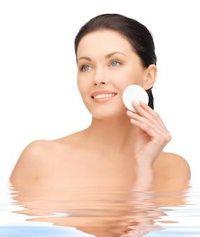 Foto brilhante de mulher bonita com almofada de algodão na água