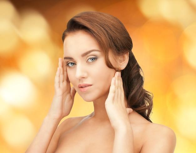 Foto brilhante de mulher bonita com cabelo comprido