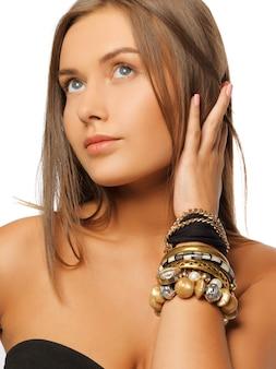 Foto brilhante de mulher bonita com pulseiras