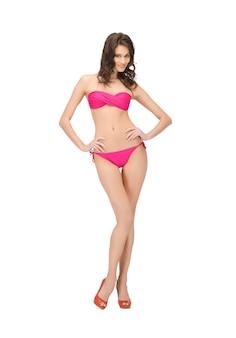 Foto brilhante de mulher bonita de biquíni e salto alto