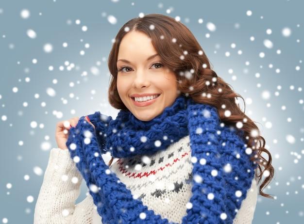 Foto brilhante de mulher bonita em cachecol