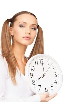 Foto brilhante de mulher segurando um grande relógio