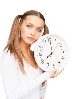 Foto brilhante de mulher segurando um grande relógio Foto Premium