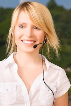 Foto brilhante de uma simpática operadora de linha de apoio