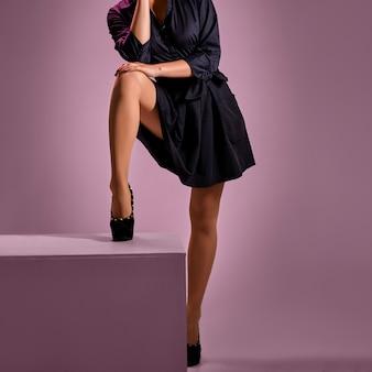 Foto chave baixa de pernas femininas em meia-calça bege