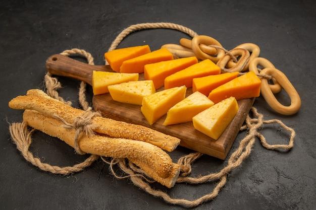 Foto colorida de café da manhã em fatias de queijo fresco com cordas na vista frontal