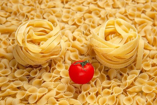 Foto colorida de refeição de comida de pequena massa crua em vista frontal