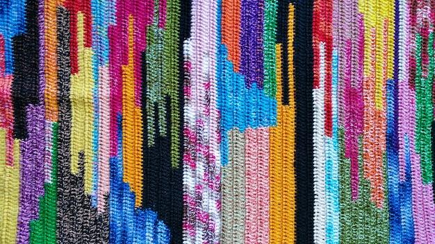 Foto com detalhe da textura de tecido colorido de crochê.
