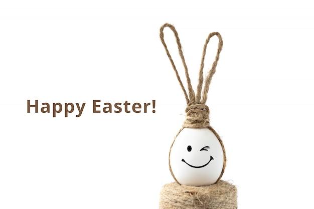 Foto com ovo da páscoa e orelhas de coelho. cartão postal.
