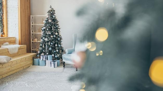Foto com tema de natal. decorações interiores de férias de inverno. natal azul.