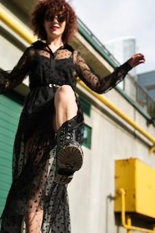 Foto completa da mulher na moda