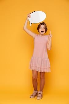 Foto completa de feliz garota confiante segurando o discurso de bolha e ter uma idéia