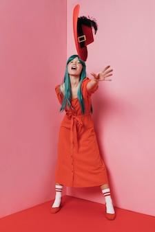 Foto completa de linda mulher de vestido vermelho