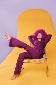 Foto completa de mulher bonita com terno roxo