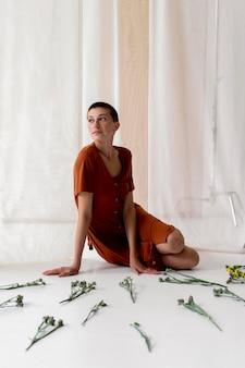 Foto completa de mulher posando com flores