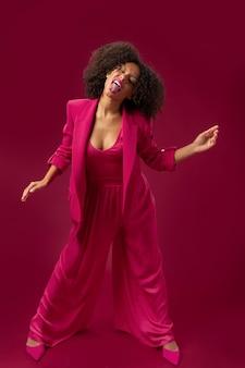 Foto completa de mulher posando com roupa rosa