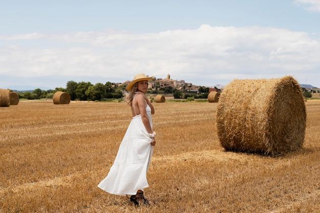 Foto completa de mulher posando no campo