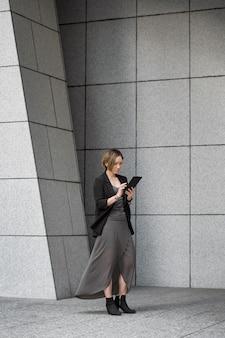 Foto completa de mulher segurando o tablet