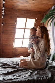 Foto completa de mulher segurando um bebê