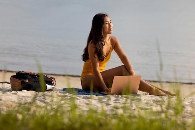 Foto completa de mulher trabalhando na praia