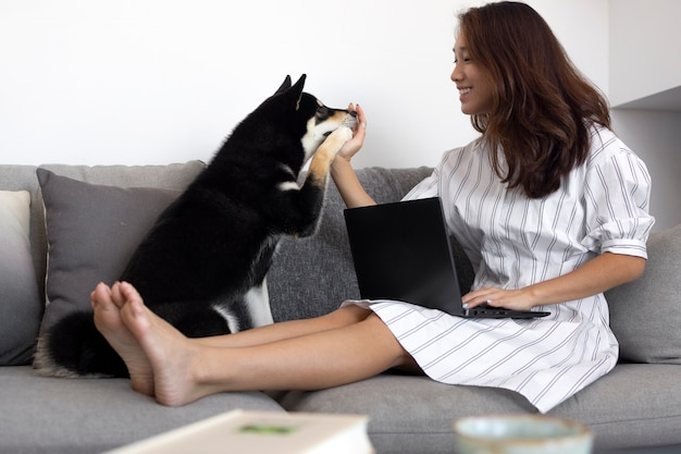 Foto completa de mulher trabalhando no sofá