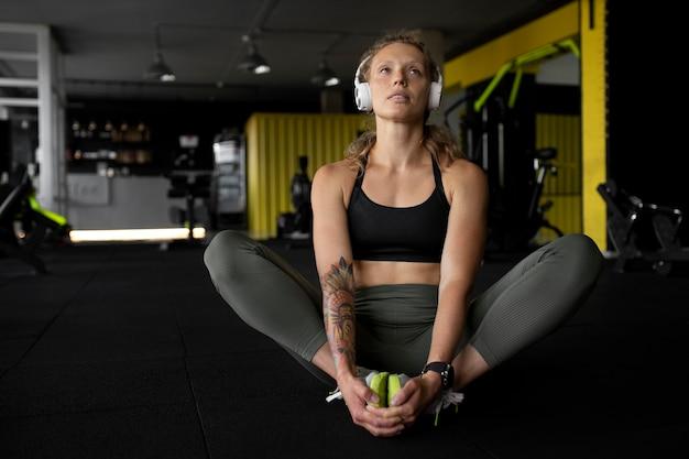 Foto completa de mulher usando fones de ouvido