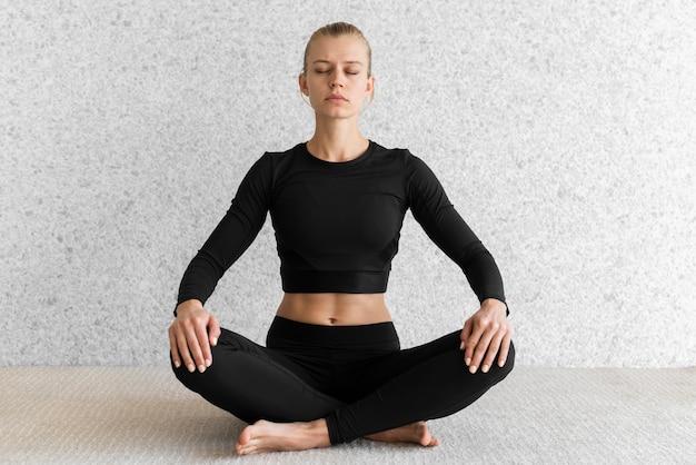 Foto completa de pose de ioga de mulher