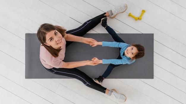 Foto completa de uma criança e uma mulher vista de cima
