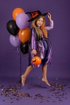 Foto completa de uma linda garota com fantasia de bruxa