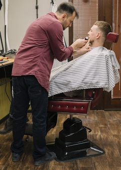 Foto completa do homem barbear a barba