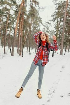 Foto completa mulher animada ao ar livre