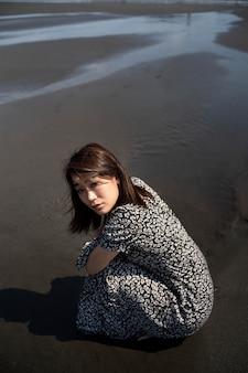 Foto completa mulher japonesa na praia