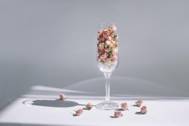 Foto conceitual de uma rosa em uma taça de vinho em um fundo branco