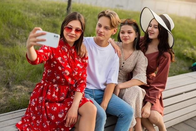 Foto conjunta de um cara com namoradas em um telefone celular