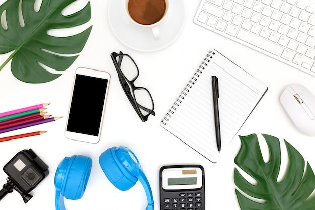 Foto criativa da configuração plana do local de trabalho moderno com laptop, fundo do laptop de vista superior e espaço da cópia no fundo branco, acima vista tiro de computadores no fundo branco