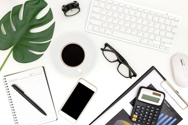 Foto criativa leiga plana do local de trabalho moderno com laptop
