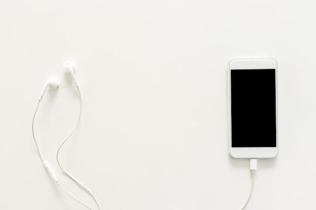 Foto criativa plana da mesa de trabalho com fones de ouvido