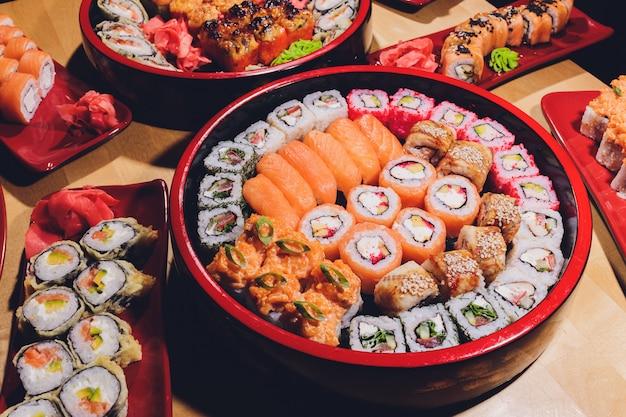 Foto da bandeja fresca do sushi do maki com muita variedade. foco seletivo no meio do prato.