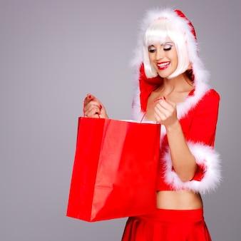 Foto da bela donzela da neve segurando o shopping vermelho
