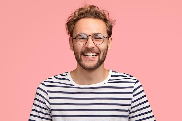 Foto da cabeça de hipster satisfeito com expressão satisfeita