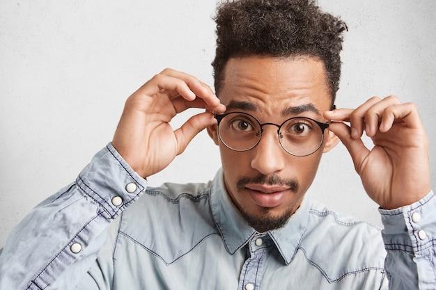 Foto da cabeça de um jovem afro-americano elegante e elegante com óculos redondos