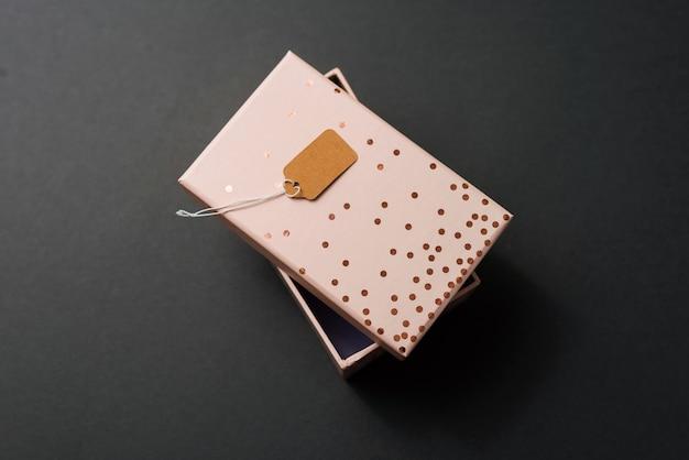 Foto da caixa de presente com a etiqueta de preço