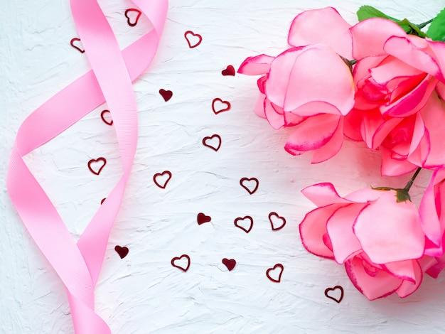 Foto da caixa de presente rosa com fita de seda