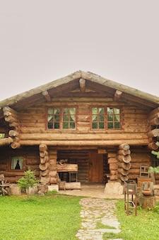 Foto da casa de madeira moderna bonita.
