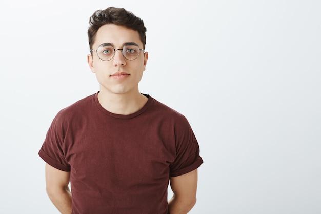 Foto da cintura de um homem europeu inteligente e criativo em uma camiseta vermelha